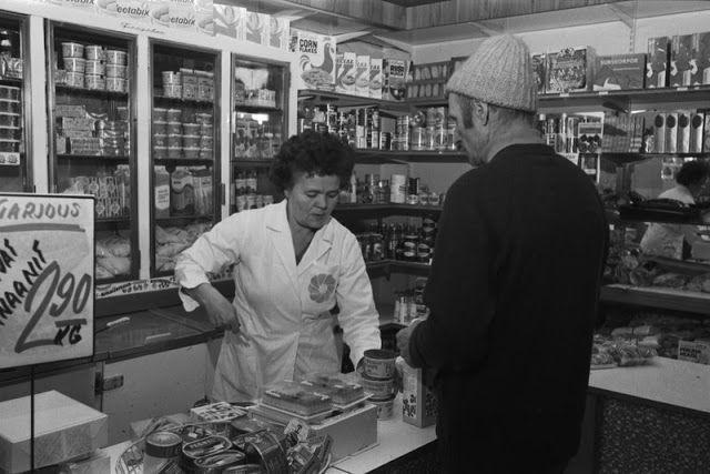 Myymälänhoitaja ja miesasiakas Maanviljelijäin Maitokeskuksen kivijalkamyymälässä Liisankatu 7:ssä. 1973