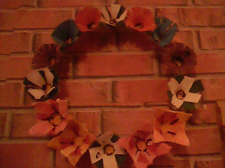 Corona de flores con carton de huevos
