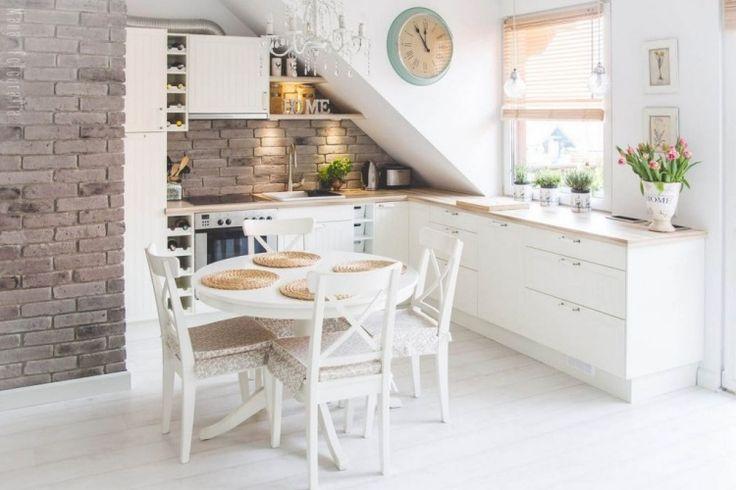 kleine Küche mit Dachschräge in weiß und kleiner runder Esstisch