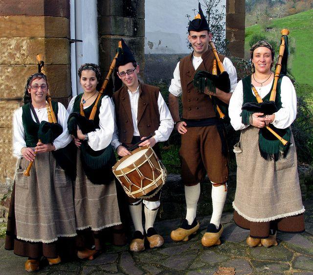 Asturias, Cabranes: Gaitas y tambores de Pola de Siero/ pipes and drums of Pola de Siero | Flickr: Intercambio de fotos