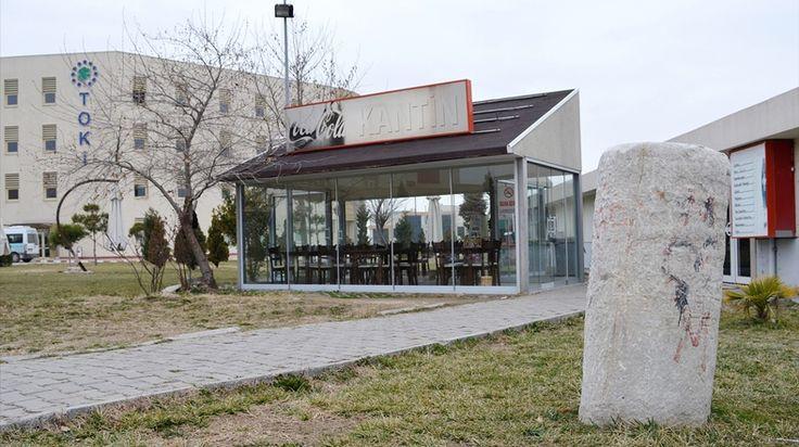Turgutlu'da hastane bahçesinde sehpa olarak kullanılan mermerin, Roma döneminden kalma sütun parçası olduğu anlaşıldı.