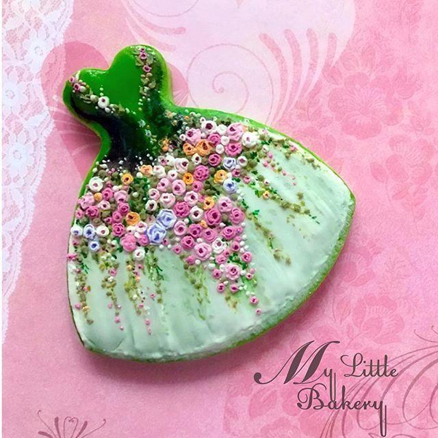 Spring is coming... #cookies #decoratedcookies #cookieart #mylittlebakery #instacute #instagood #edibleart #dresscookies #rose #icingroses #piping #pipingroses #spring #decoratingcookies