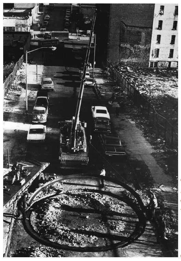 Ричард Серра, «Вписать в окружность шестиугольную опорную плиту с обращенными прямыми углами», 1970. Сталь, диаметр 8 м,