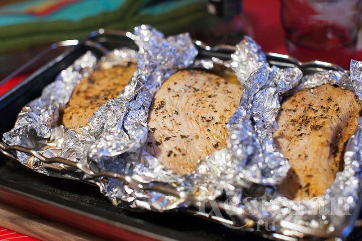 Мясо индейки одно из самых диетических. Приготовленное таким способом, оно получается очень нежным и сочным, несмотря на то, что это филе грудки. Можно подавать сразу, как основное блюдо, а можно остудить и использовать для салатов и сэндвичей.