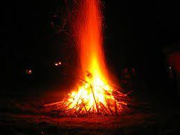 Vuur staat eigenlijk voor MYSTERIEUZE KRACHT.Vuur wordt vanouds beschouwd als een symbool met twee gezichten. Enerzijds is het een bron van licht, verwarming en energie; anderzijds kan het verteren, verbranden en vernietigen. Het kan reinigen en verandering tot stand brengen. Zo gaat vanouds bv. de jaarwisseling gepaard met vuur. Het vuur is het enige element dat door de mensen tot stand kan worden gebracht.