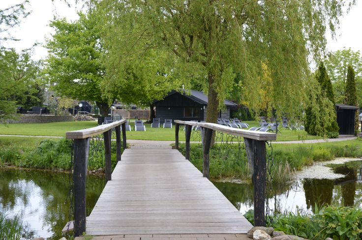 Het welbekende bruggetje in de tuin van de Zwaluwhoeve.