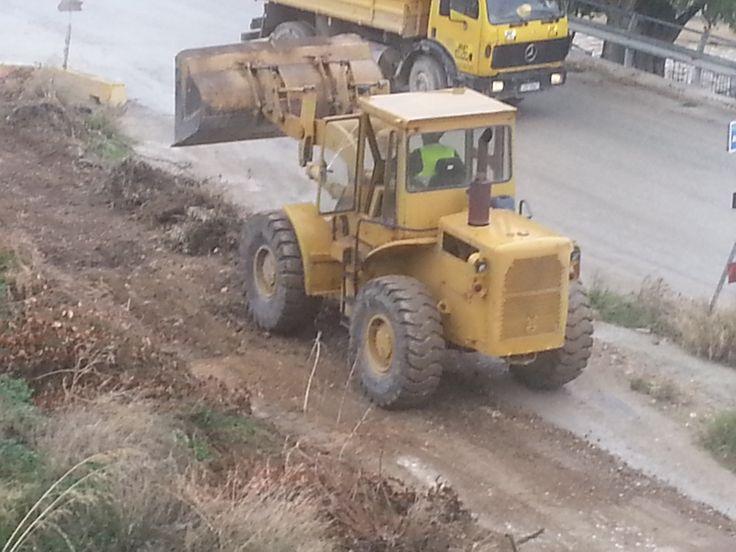 """15 ΝΟΕ 2014: Ξηλώνεται η παλιά σιδηροδρομική υποδομή στην Αιγείρα. Όπως είχαμε αναφέρει σε προηγούμενο δημοσίευμα, ξεκίνησαν στις 11-11-14, από Αιγιαλέα εργολάβο, οι εργασίες απομάκρυνσης των παλιών σιδηροτροχιών """"Τρικούπη"""" από τη γέφυρα του Κριού και συνεχίζουν στο υπόλοιπο τμήμα έως το Θολοπόταμο,.."""
