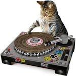 La platine Dj grattoir pour chat, c'est un peu l'ultime grattoir design oiur chat.C'est vrai ça après avoir faire la sieste, nargué le chien, défoncé vos rideaux le chat s'embête.Et bien le Cat Scratch, la platine pour chat, va changer ses soirées (et surement les vôtres) : un support carton fixe, une platine en carton qui tourne, un bras de lecture façon vinyle amovible, votre Dj va devenir une star des danse floor.Outre le côté totalement délirant, c'est bien un grattoir à chat qui…
