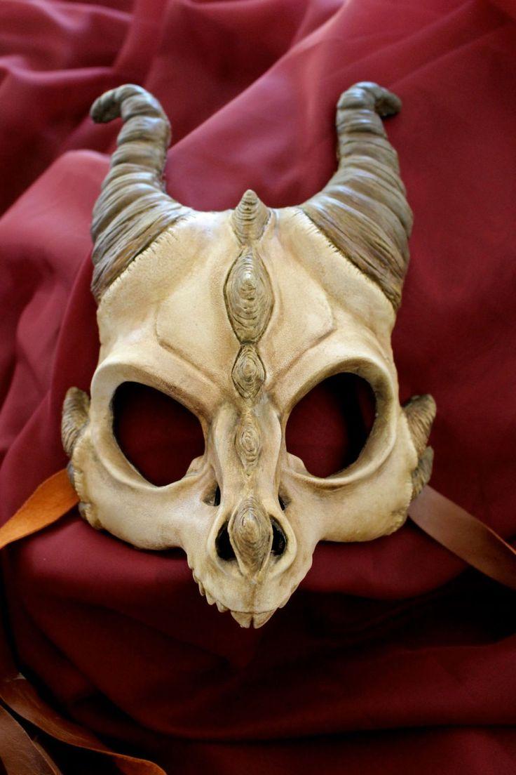 Handgemachte Masken von Drachen, Eulen und gehörnten Dämonen