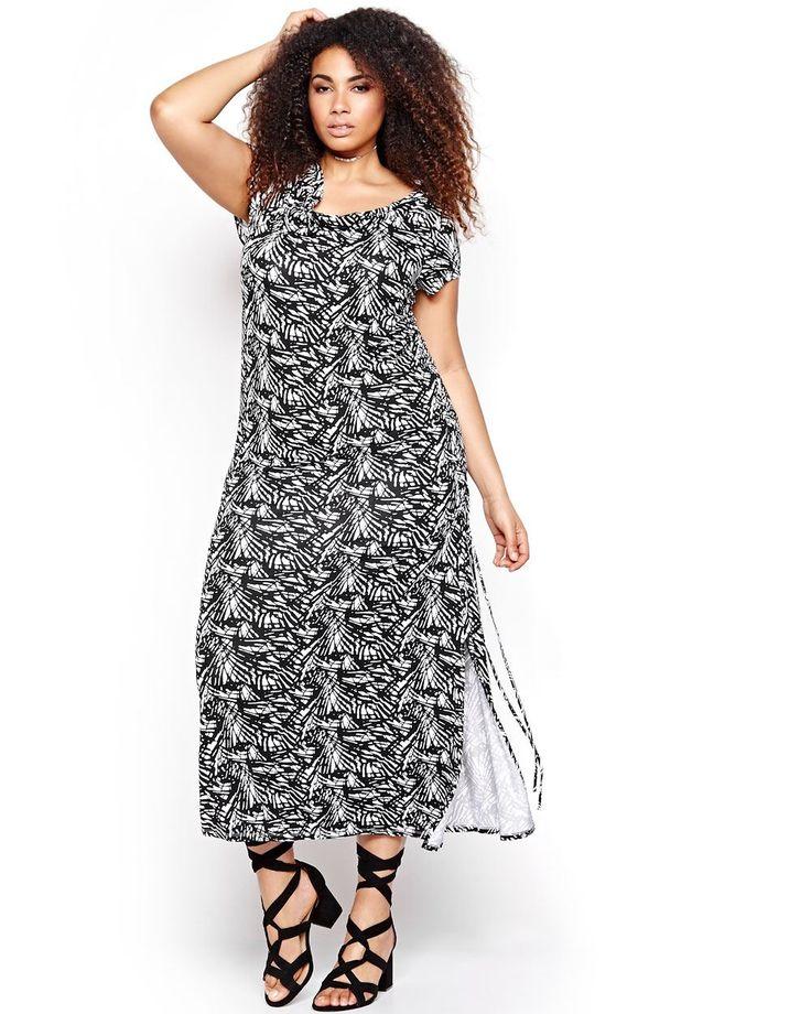 Jouez le côté dramatique du noir et blanc! Cette robe maxi au design unique présente un imprimé graphique tendance. Sa longueur maxi et ses fentes d'aisance élancent la silhouette alors que sa coupe la définit. Encolure drapée, manches courtes, ruban à la taille, longueur de 54 po. Michel Studio.