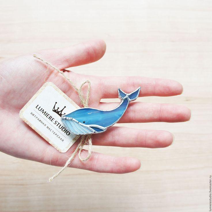 """Купить Витражная брошь """"Синий кит"""".Стекло. Техника Тиффани - синий, синий кит, кит"""