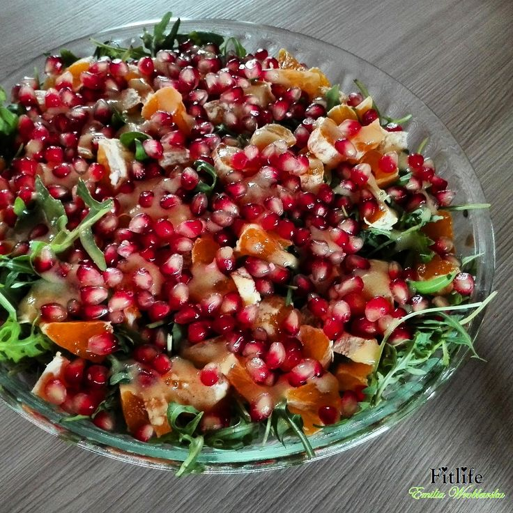 S kładniki:  100 g rukoli (około 5 garści)  200 g pomarańczy (średni owoc)  100 g nasionek granatu (średnia sztuka)  1 płaska łyżka mio...