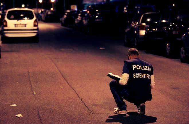 Dopo di che l'ex amante è sceso di casa imbracciando un fucile da caccia e, in mezzo alla strada, ha premuto il grilletto  http://tuttacronaca.wordpress.com/2013/09/21/a-roma-si-spara-per-una-donna-lex-ferisce-lattuale-fidanzato/