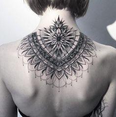 Mandala Tattoo am Nacken