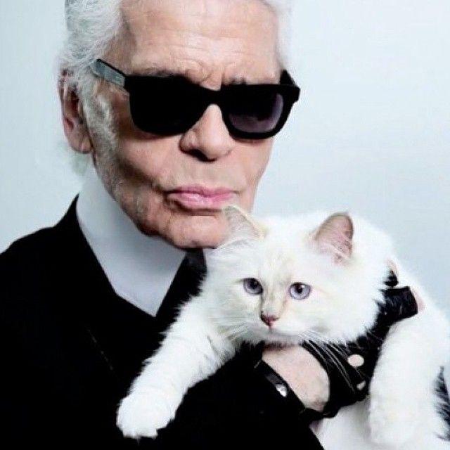 Bom dia com Karl Lagerfeld que completa 81 anos neste 10.09. Para comemorar a data - e o humor ácido - do criador por trás da Chanel Fendi e sua grife homônima fizemos uma compilação das melhores frases ditas por ele - leia em www.vogue.com.br. Parabéns Karl! #karllagerfeld by voguebrasil