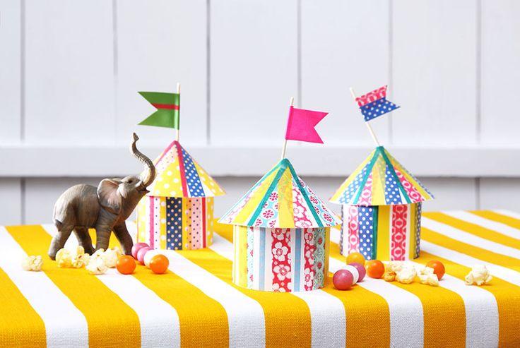 In den gebastelten Zirkuszelten können Sie Süßigkeiten für die Geburtstagsgäste verstecken. • Umsetzung und Foto: Thordis Rüggeberg