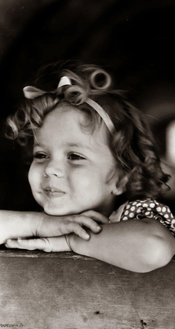 """Shirley Temple. Una de las niñas más famosas del cine de Hollywood, recuerdo algo que dijo en un reportaje cuando ya era mayor, y era sobre Papá Noel o como le dicen los yanquis, Santa Claus. Declaró: """" dejé de creer en SC cuando mi mamá me llevó a una tienda de Departamentos y él me pidió un autógrafo"""". (El tipo que hacía de Santa, no tenía muy en claro cuál era su papel, le cagó la infancia a Shirley)"""