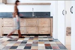 Keuken met oude gekleurde tegels
