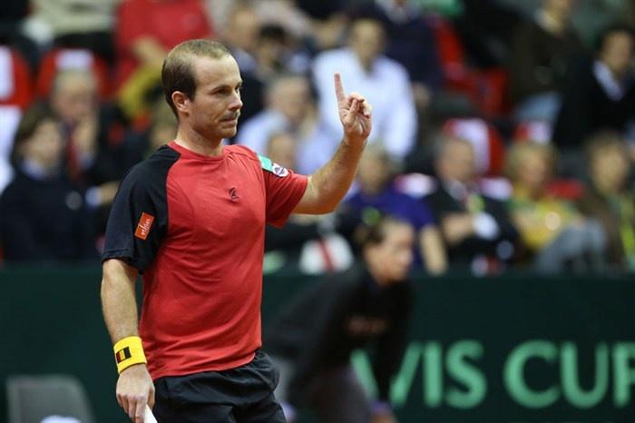 Olivier Rochus - mét snor - is blij na een gewonnen punt in het Davis Cup-duel tegen Servië (2013)