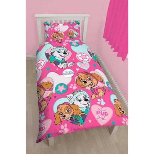Paw Patrol sengetøj med Skye og Everest. Materialet er 50% bomuld og 50% polyester