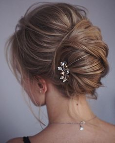 This french twist updo hairstyle perfect for any wedding venue - This stunning wedding hairstyle for long hair is perfect for wedding day,wedding hair
