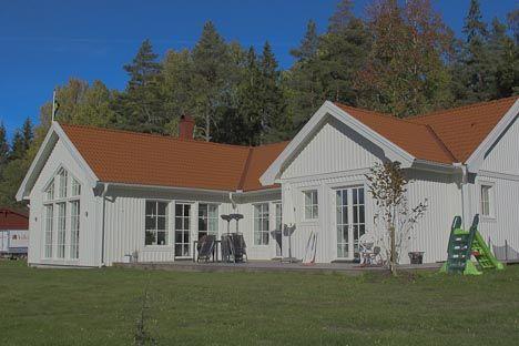 Villa Lövtorp – Generöst enplanshus med många vinklar - Se mer på vår hemsida