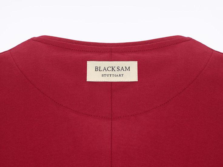 Produktdetails Lange Passform Abgerundeter Saum Rundhalsausschnitt Mittige Rückennaht Label am Nacken 'BLACK SAM STUTTGART' Limitierte Stückzahl Stoffzusammensetzung: 100% Baumwolle
