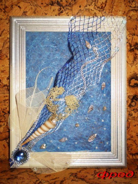Рамка деревянная размер 17см на 22см, декоративная сетка на флизелиновой основе голубого цвета, белая акриловая краска, серебрянный спрей, ракушки, серебристо-синяя сетка, скелетизированные листья, бусины жемчужного цвета, морской мох, стеклянные бусины голубого цвета, клеевой пистолет.