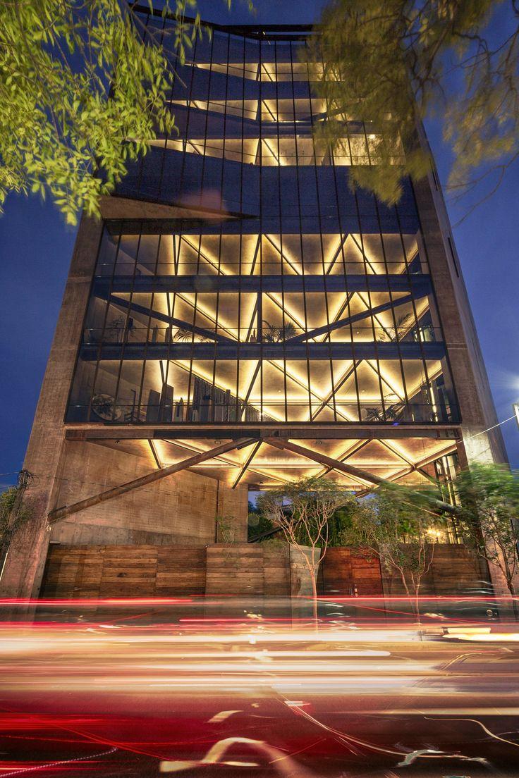 Construído pelo Alberto Kalach na Ciudad de México, Mexico na data 2014. Imagens do Yoshihiro Koitani. Inserida num ponto estratégico da Cidade do México, frente ao majestoso Bosque de Chapultepec, a Torre 41 se mostra d...