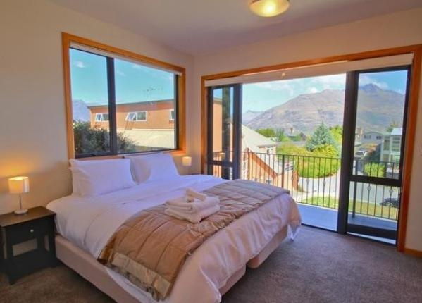 Queenstown Holiday Home Rental - 4 Bedroom, 2.0 Bath, Sleeps 10
