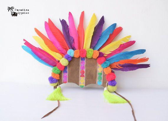 Atemberaubende leuchtenden vollen Regenbogen Schwan Feder Kopfschmuck verziert mit Regenbogen Glitter Band & indische Perlen vorne mit großen seitlichen Quasten in Neongelb!! Kopfstück wird mit einer weichen Knistern dunkel gold-metallic-Leder hergestellt. Abgerundet mit voller Regenbogen Pom Pom!!  Perfekt für das Brennen von Mann, Fastnacht, Karnevalskostüme & Festival-Spaß!!  Größen: One Size  BEREIT, SCHIFF HEUTE!!!   WELTWEITER VERSAND