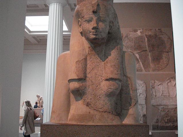 """Mut, era considerada """"La Madre"""" (significado de su nombre), de quien todo se origina. En su origen era una diosa buitre. En Tebas desplazó a Amonet como esposa de Amón, formando parte de la tríada tebana. No tenía hijos propios, pero adoptó a Montu y luego a Jonsu; gracias a este último aparecía entre el sol (Amón-Ra) y la luna (Jonsu) como el tercer ojo que muestra la perfección cósmica favoreciendo la inundación."""