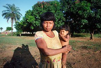 9 DE AGOSTO DE 2015 | CELEBRACION DEL DIA INTERNACIONAL DE LOS PUEBLOS INDIGENAS. (ONU) Una mujer de la tribu Xavante con su hijo en brazos, Mato Grosso, Brasil. Foto ONU/Joseane Daher (ONU - S., 8 AGO 2015)