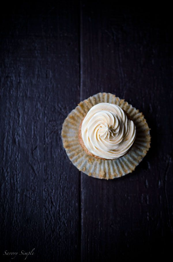 Pesche estate, buttercream ubriachi ... cos'altro si fa a bisogno in un cupcake?  Avete bisogno di questi Peach Bourbon Cupcakes da semplice Savory!
