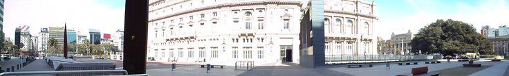 Panorámica del lateral del teatro Colón y la plaza del Vaticano.