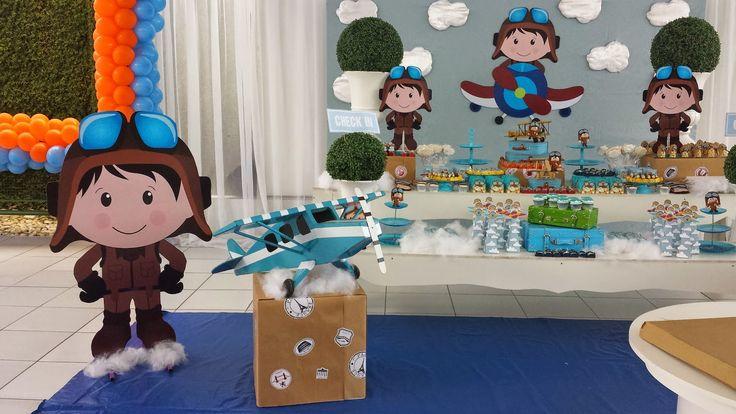 Aviador foi o tema escolhido pela mamãe do Miguel para comemorar o seu primeiro aninho.   Entre nuvens e aviões essa decor ficou super fo...