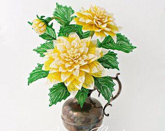 Verkleiden Sie Ihr Haus für das Frühjahr mit einigen schönen roten Französisch Perlen Tulpen!  Diese Blumen wurden sorgfältig handgefertigt unter Verwendung hochwertiger Materialien. Rocailles waren aufgereiht auf Kupfer Innenleiter und verpackt, um jedes Blütenblatt und Blatt bilden. Die Blütenblätter in diese Tulpen bestehen aus tschechischen roten und weißen Glas Rocailles und die Blätter sind grün aus. Jede Blütenstiel hat sorgfältig mit heller grünen Perlen gewickelt wurde. Die Blüten…