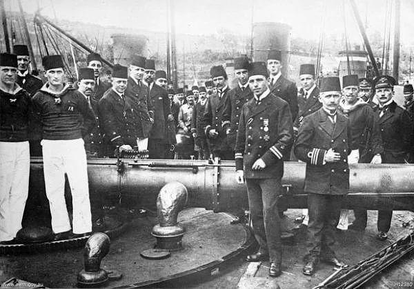 İngiliz ve Fransız gemilerini yararak boğazı mayınlarla döşeyen Türk gemisi ve mürettebatı