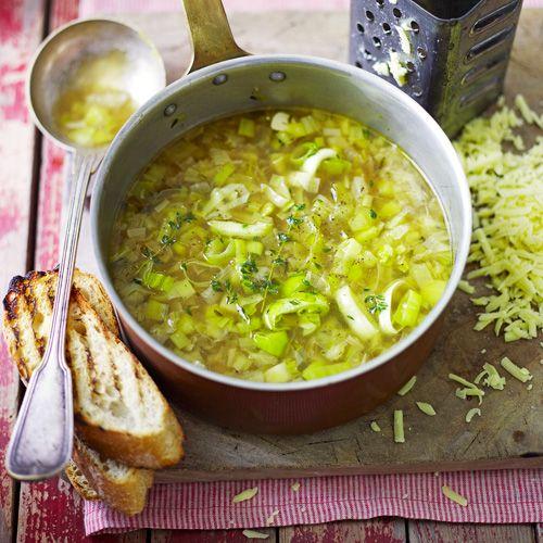 Deze vegetarische soep met prei is klaar voor je het weet! Serveer met gegrild brood met kaas.  1. Breng de prei in de bouillon aan de kook. Zet het vuur laag en laat 15 minuten koken.  2. Rooster de sneetjes brood, wrijf ze in met de knoflook. Bestrooi met kaas en gril tot de kaas is gesmolten.  3 Besprenkel de soep met olijfolie en wat tijm en serveer de kaastoast erbij.
