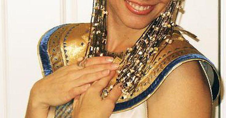 Disfraces de Cleopatra caseros. Cleopatra fue la última faraona que pudo mantener el poder. Es una de las más famosas gobernantes de Egipto en la cultura popular. Un disfraz de Cleopatra puede ser hecho en casa. Ella es retratada usando un vestido muy simple y la clave es lograr esos detalles con joyas y maquillaje.
