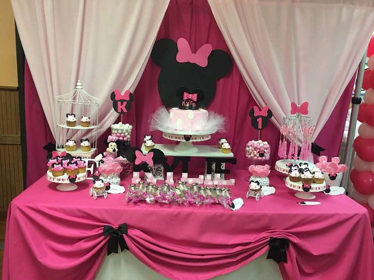just look at this wonderful minnie mouse dessert table at this little girls 1st birthday