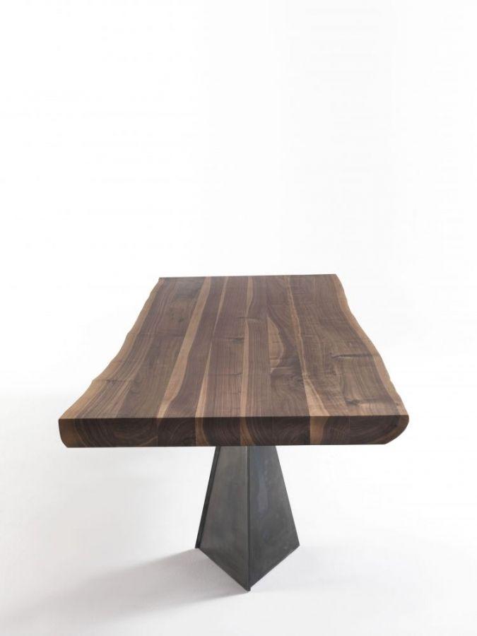 Woodstock Riva 1920  Der Tisch WOODSTOCK wird mit einer Massivholzplatte Starke 9 cm aus Amerikanischen Nussbaum gefertigt. Oil Finish für dieses charmante Tisch. Eisen Beine natürliche Farbe von der charakteristischen Form einer Pyramide.  http://www.storeswiss.com/de/prod/tische/woodstock-riva1920.html