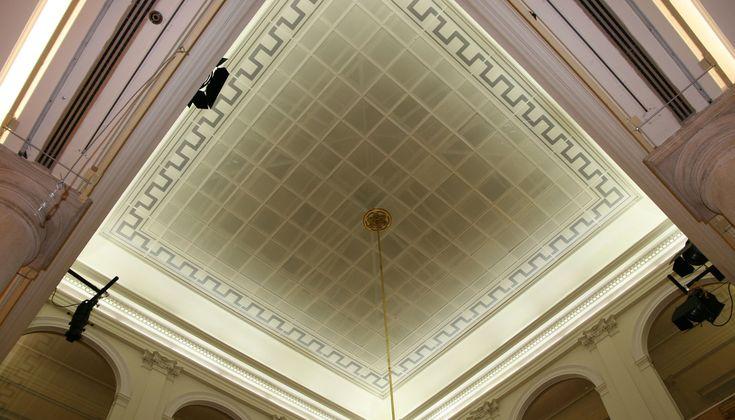 Une décoration traditionnelle pour la Banque espagnole Banco Bilbao Vizcaya Argentaria (BBVA), réalisée en MIRODAL acoustique double-peau avec design NEWLINE par notre installateur NEWMAT Madrilène