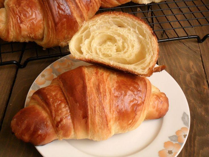 I cornetti sfogliati del bar...finalmente la ricetta perfetta per farli in casa! Si differenziano dai croissant francesi per l'aggiunta di uova e aromi.