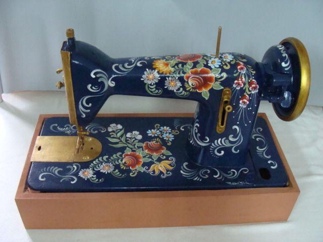 máquina de costura antiga, pintada a mão com a técnica bauernmalerei