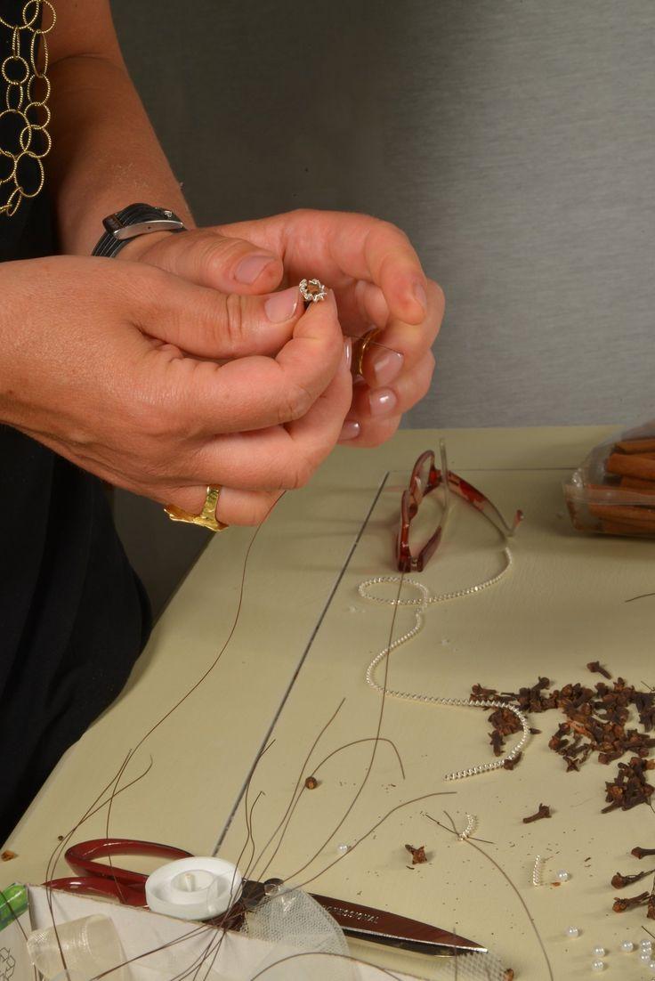 La cura e la passione della lavorazione artigianale nelle bomboniere per il matrimonio e negli articoli in stile biedermeier di ArteAtesina