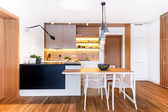 Kuchyň zhotovená z lamina není velká, ale je stoprocentně funkční, vybavená vestavnými spotřebiči. Dřez Franke z tektonitu je osazen baterií Grohe. Pracovní ostrůvek osvětluje nástěnná lampa Tolomeo (Artemide)