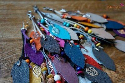 """Voilà de quoi plaire aux inconditionnels de bijoux de sacs tendance. Bijoux de sacs colorés """"C fée pour moi"""" a choisi la feuille comme élément phare, taillée dans des chutes de cuir colorées. Des ornements métalliques, en forme de feuille, renforcent..."""