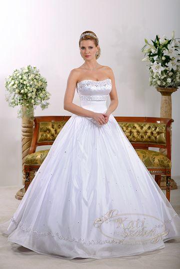 38-egyszerű, de mégis mutatós, hercegnős esküvői ruha, Swarovski kristályok és hagyományos zsinórminta díszíti