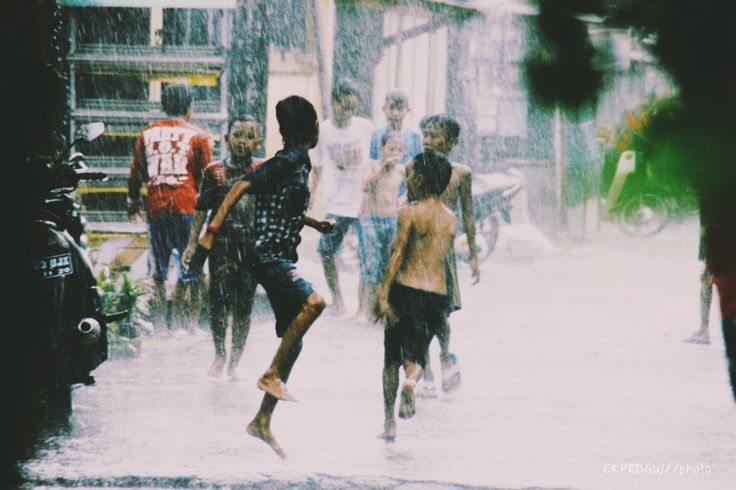 Kadang hal yang kaya gini disaat hujan suka kangen aja sama masa kecil dulu, yang ga jauh beda gw pasti lakuin kaya gini disaat hujan #december #rain